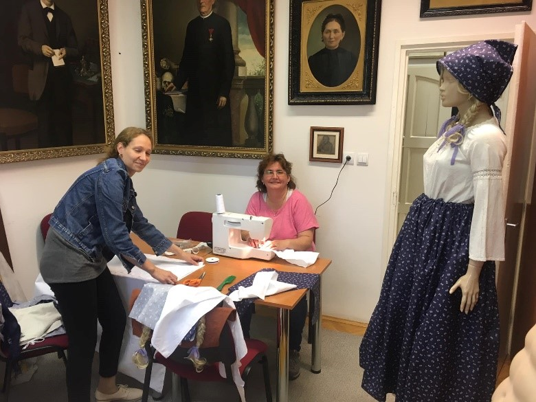 Szerencsére nagyon sok ügyes kezű és kreatív dolgozónk van a Kiss Pál Múzeumban, így sikerült elkészítenünk fiú kis mellényeket, kislány kendőket, kötényeket és nem utolsó sorban a mi ruháinkat
