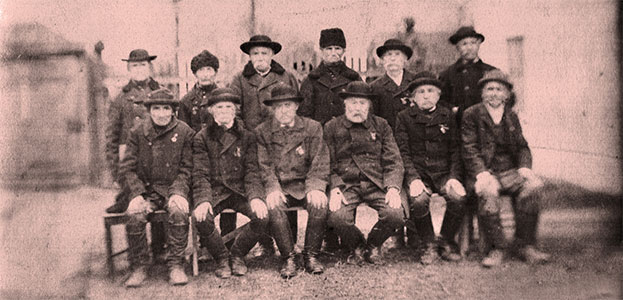 A fénykép alatti felirat alapján név szerint beazonosítható a 12 férfi, akik egykor negyvennyolcas honvédek voltak.